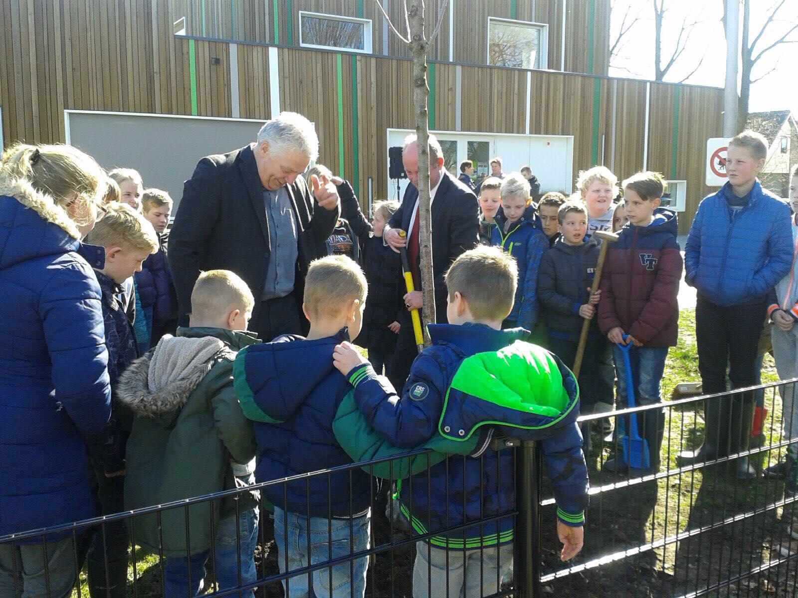 Leerlingen van SWS de Schans en kinderen Kids & Co in Een druk op Boomfeestdag